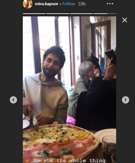 India Tv - Shahid Kapoor eating the entire pizza.
