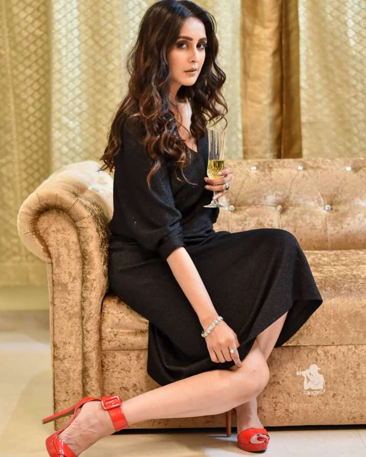 India Tv - Bold in black, Chahatt Khanna shed a lot of weight
