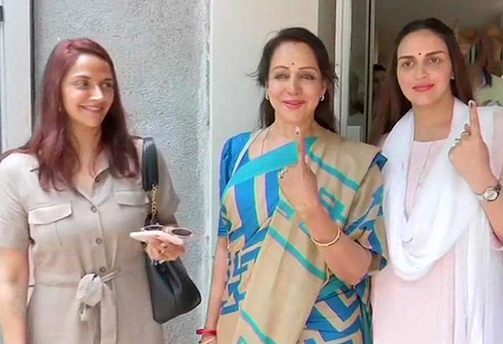 India Tv - Hema Malini with Daughters Isha and Ahana Deol