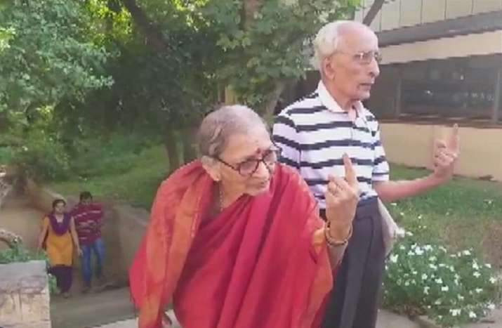 India Tv - Karnataka: A senior citizen couple, 91-year-old Shrinivas and 84-year-old Manjula, cast their votes at a polling booth in Jayanagar of Bangalore