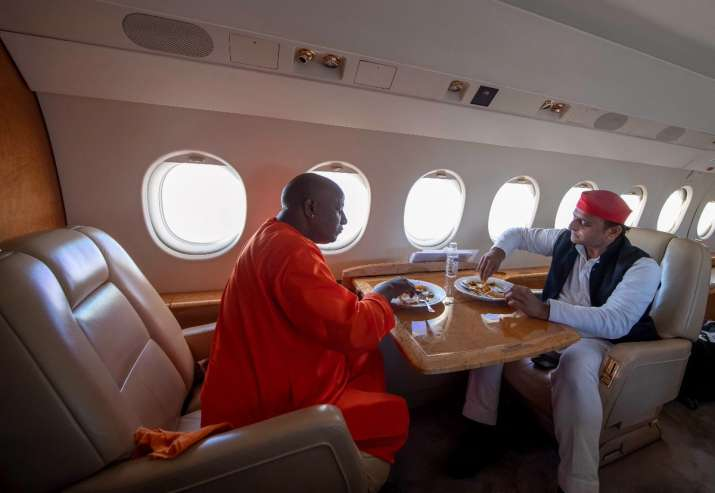 Akhilesh shares a meal with Yogi lookalike