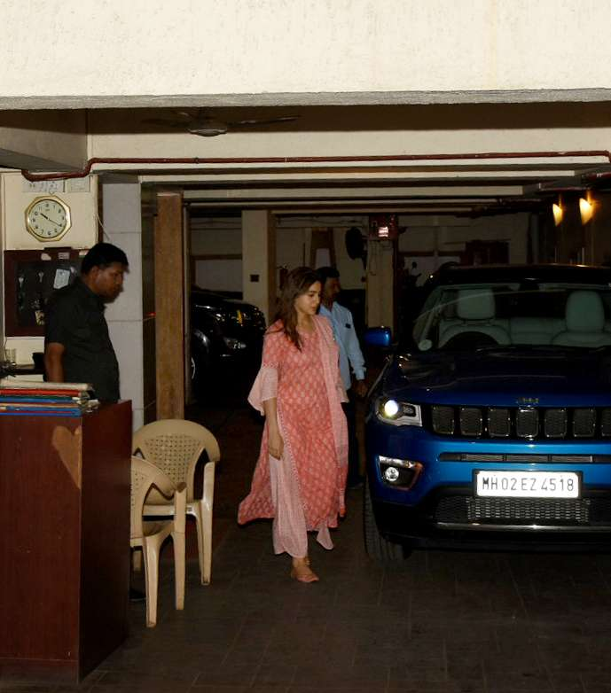 India Tv - Sara Ali Khan looked pretty in pink as she arrives to meet dad Saif Ali Khan.