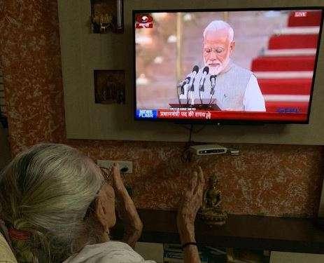 Hiraben claps as Narendra Modi takes oath