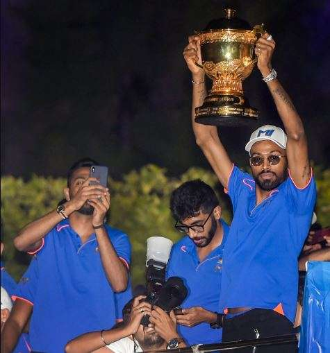 India Tv - Hardik Pandya lifts the IPL trophy on the open bus in MI's victory parade.