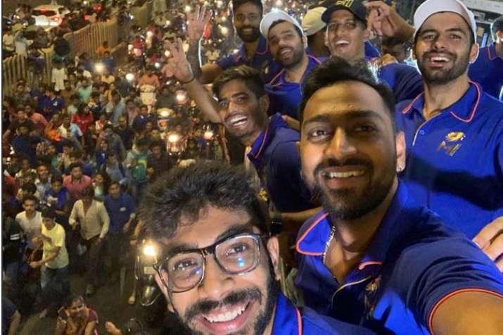 India Tv - Krunal Pandya clicks a selfie with his MI teammates