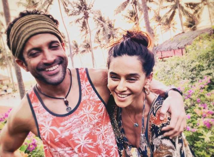 Shibani Dandekar and Farhan Akhtar are perfect beach bums in this latest picture