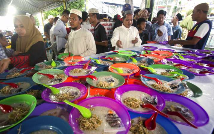 India Tv - Indonesia Ramadan: Indonesian Muslims collect food provided by Al Mashun Great Mosque for free to break their fast, at the end of the second day the holy fasting month of Ramadan in Medan, North Sumatra, Indonesia, Tuesday, May 7, 2019.