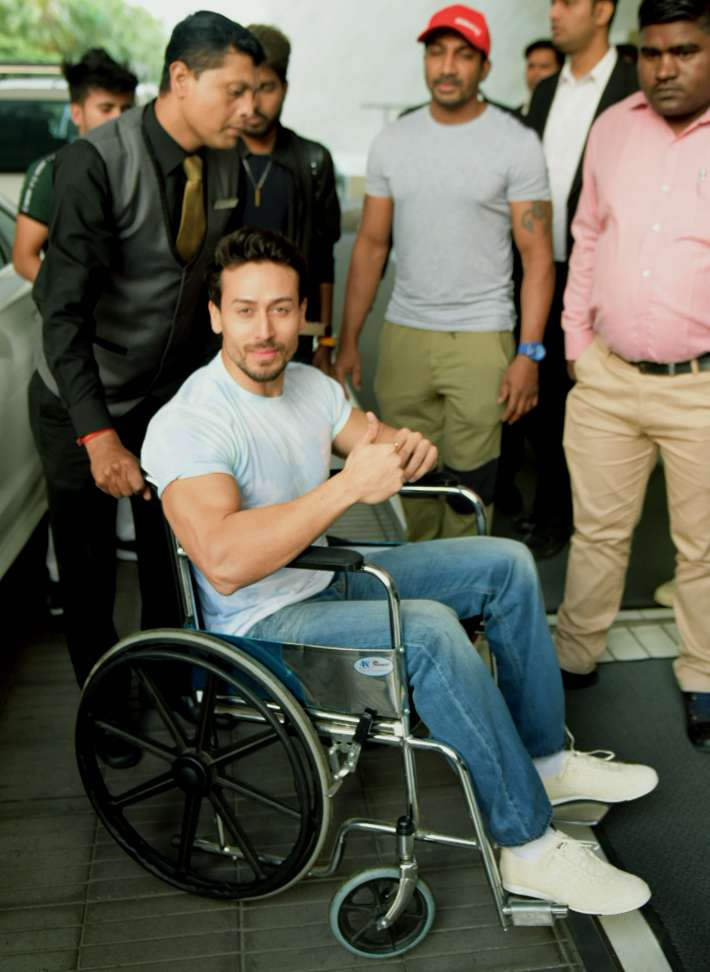 India Tv - Tiger Shroff entertains an audience with a broken leg