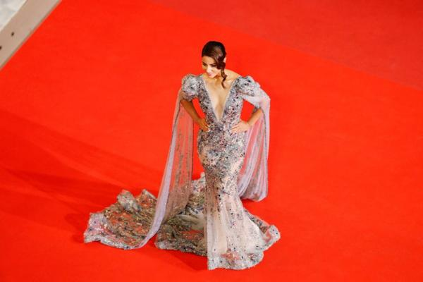India Tv - Hina Khan looked glamorous in her gown at the Cannes Film Festival 2019.