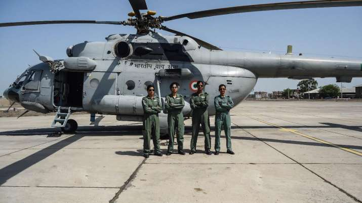 India Tv - Flight Lieutenant Parul Bhardwaj (Captain), Flying Officer Aman Nidhi (Co-pilot) in the centre, Flight Lieutenant Hina Jaiswal (Flight Engineer), extreme left, and Squadron Leader Richa Adhikari (Engineering Officer) extreme right who became country's first 'All Women Crew' to fly a Mi-17 V5 helicopter in the IAF.