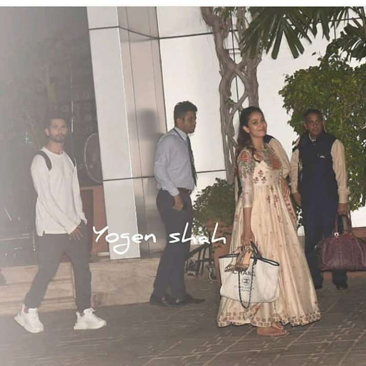 India Tv - Mira Kapoor gets trolled for carrying her heels in hand alongside expensive bag