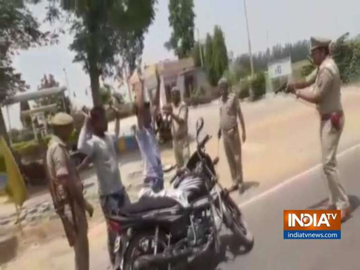 Hands up! Uttar Pradesh cops check vehicles at gun point |