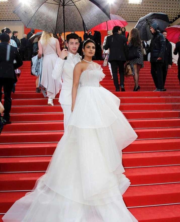 India Tv - Priyanka Chopra stuns in red carpet