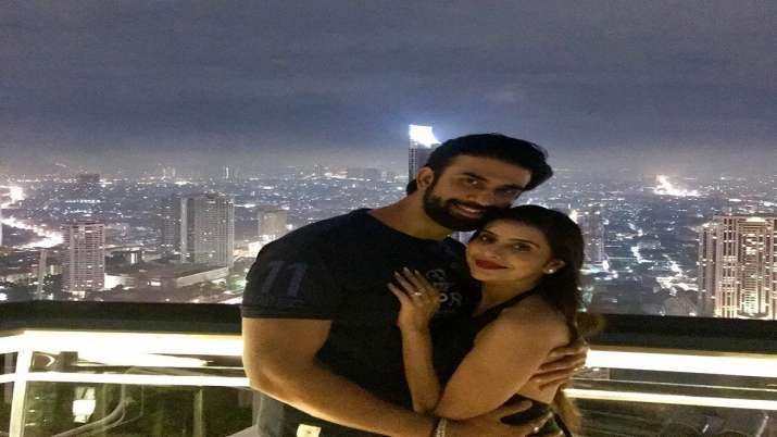 Charu Asopa and Rajeev Sen unfollow each other on Instagram, fans worry about trouble in paradise