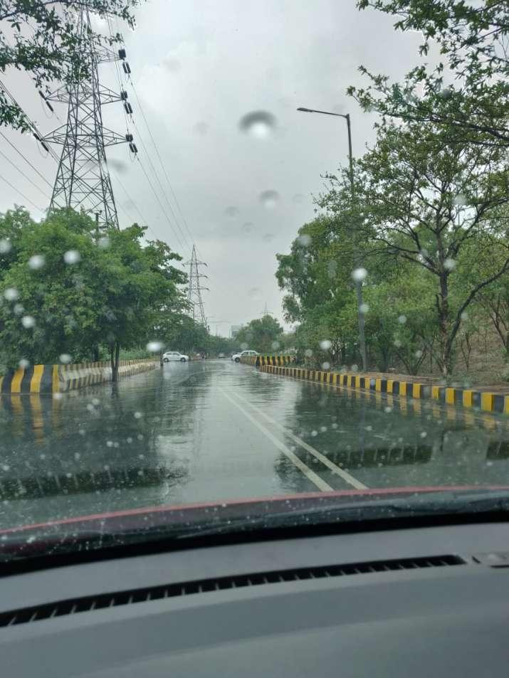 India Tv - Showers on Noida-Greater Noida expressway.