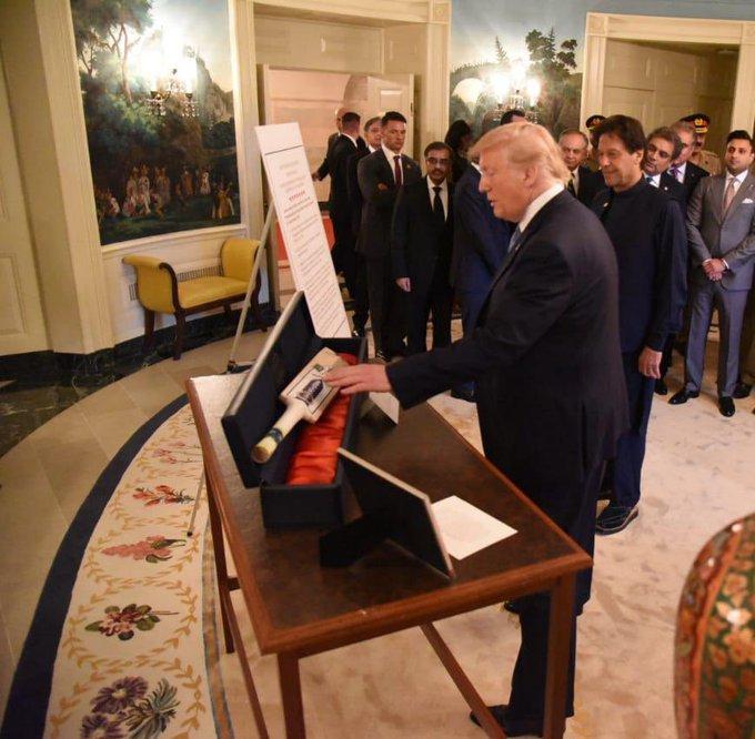 Trump presents cricket bat to Pakistan PM Imran Khan