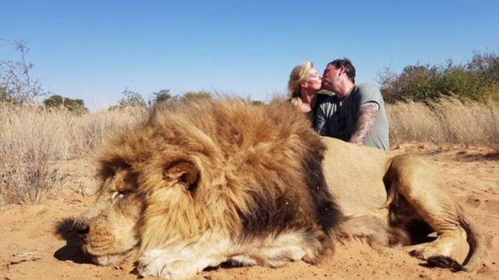 Couple hunt lion, kiss next to corpse in South Africa, Netizens get angry