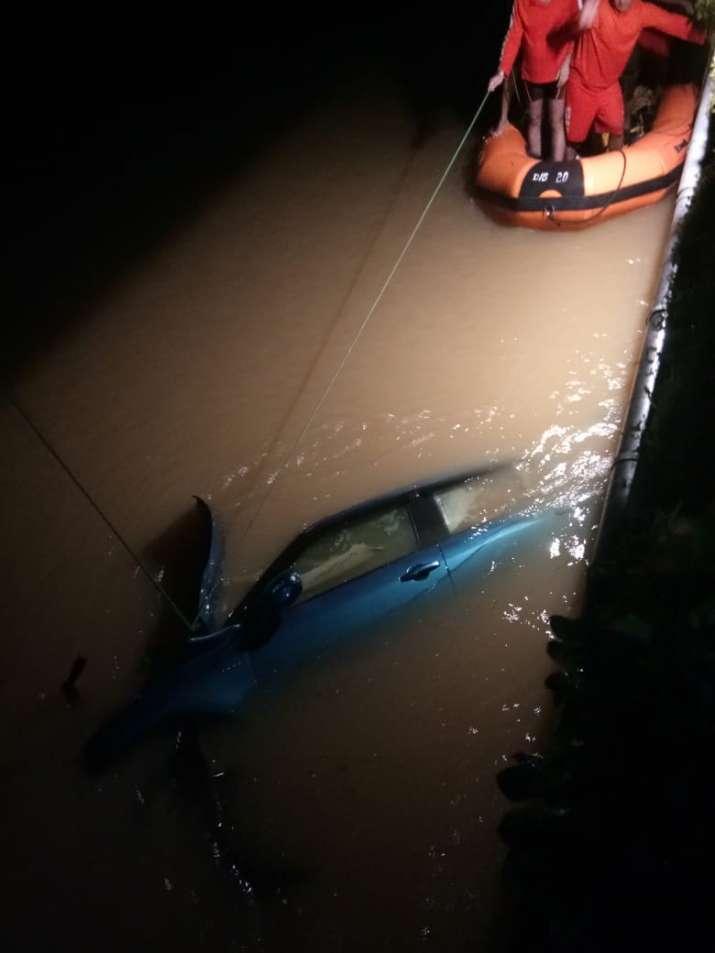 India Tv - Car falls from bridge, drowns in Pune river