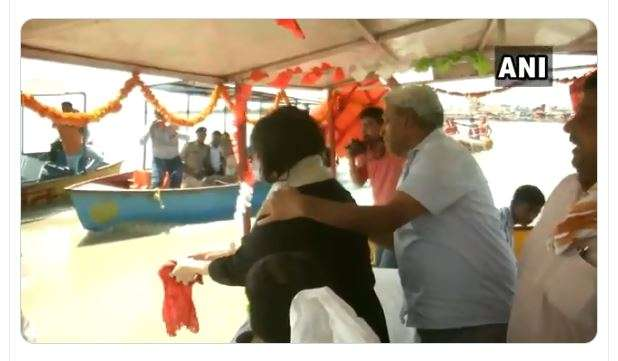 Bansuri immerses Sushma Swaraj's ashes in Ganga river in Hapur | Watch video