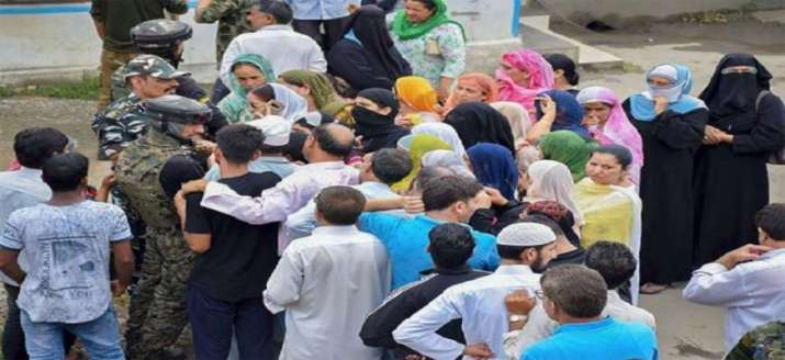 In Srinagar, people throng to make calls to their kin