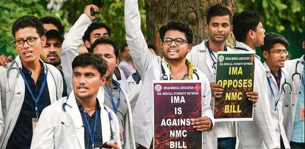 Doctors protesting against the NMC bill