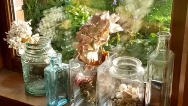 Vastu Tips for Home: Keeping dried flowers at home can bring bad luck