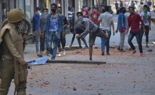 Muzaffarnagar – Stone-pelting during clash, 9 injured.
