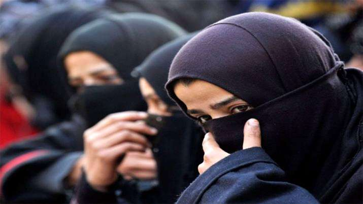 Man give Triple Talaq to wife on road