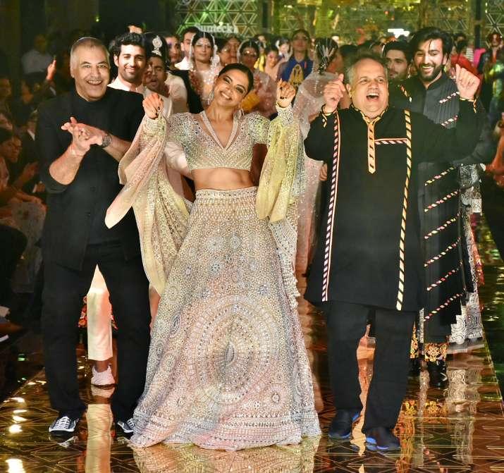 India Tv - Deepika Padukone breaks into an impromptu dance