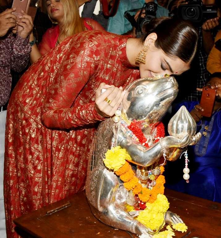 India Tv - Sonam Kapoor at Ganpati Pandal, Andhericha Raja on the occasion of Ganesh Chaturthi