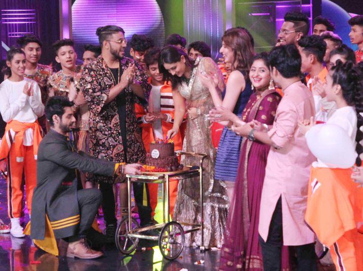 India Tv - Kareena Kapoor Khan cuts cake with her DID family