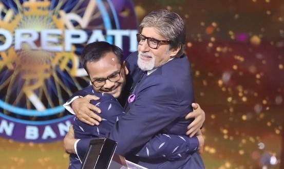 India Tv - Amitabh Bachchan hugs Sanoj Raj, first crorepati of Kaun Banega Crorepati 11