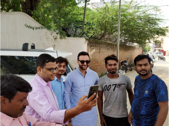 India Tv - Saif Ali Khan, Kareena forget way to home Pataudi Palace, locals come to rescue