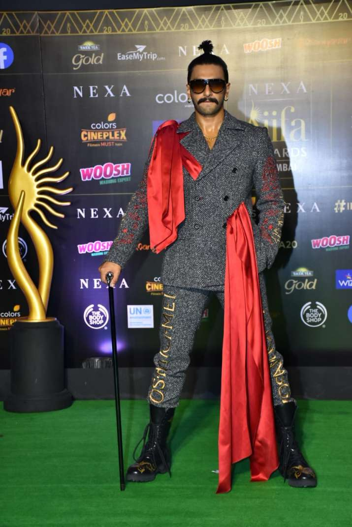 India Tv - Ranveer Singh working out his charm at IIFA 2019 green carpet