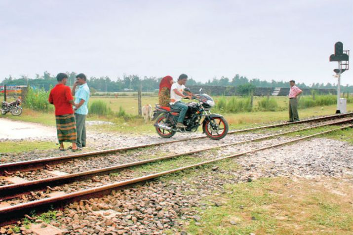 Railways to eliminate manned level crossings