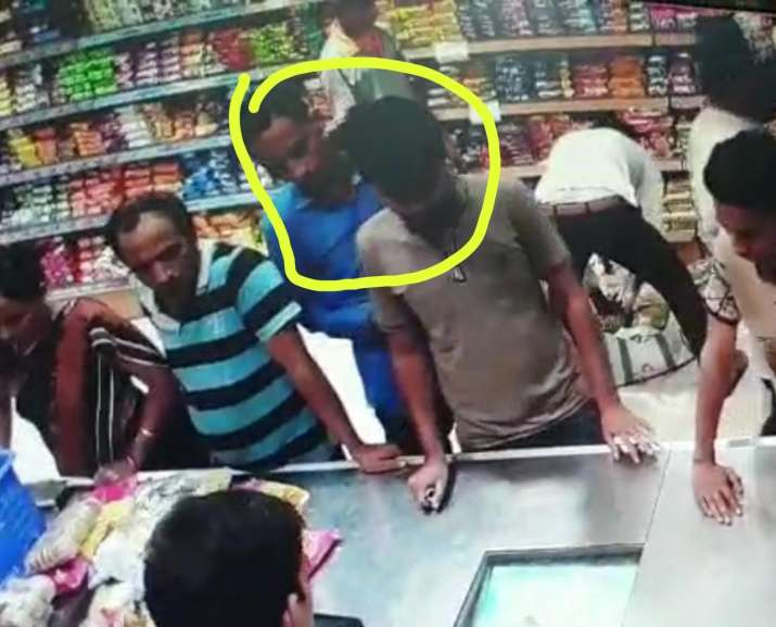 India Tv - Two accused (marked in yellow) are seen purchasing the sweets box