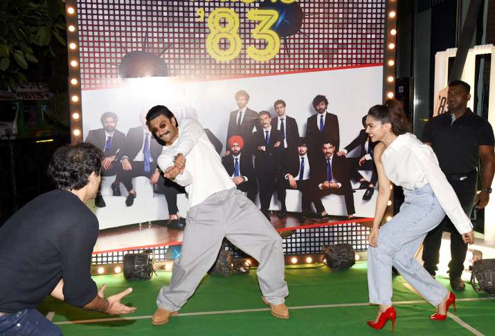 India Tv - Ranveer Singh and Deepika Padukone playing cricket at '83 wrap up bash