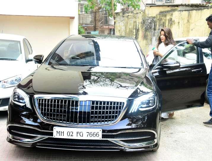 इंडिया टीवी - जान्हवी कपूर नए शानदार मर्सिडीज-मेबैक में जिम के बाहर स्पॉट हुईं