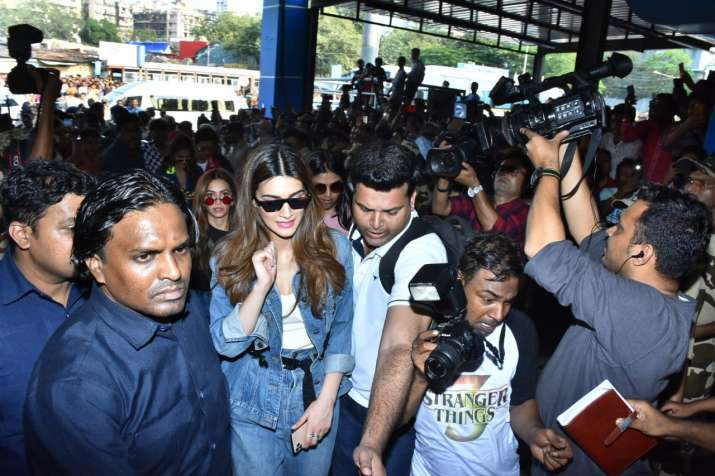 India Tv - Seen here is Kriti Sanon trying to make her way through the crowd.