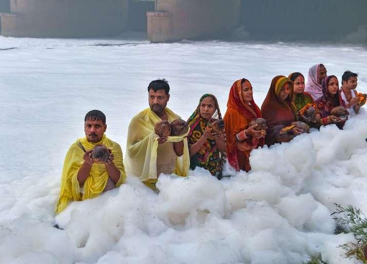 India Tv - yamuna chhath puja, chhath in yamuna, toxic foam in yamuna, yamuna toxic foam,