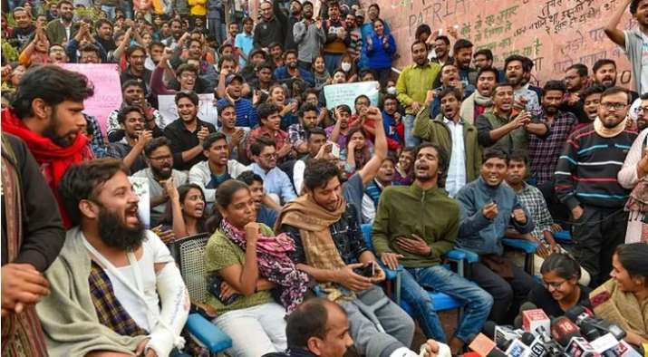 JNU hostel fee hike: Students form human chain in Delhi to support JNUSU's protest