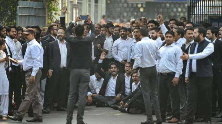 Tis Hazari clash: Lawyers' strike to continue as meeting to resolve tension with police fails