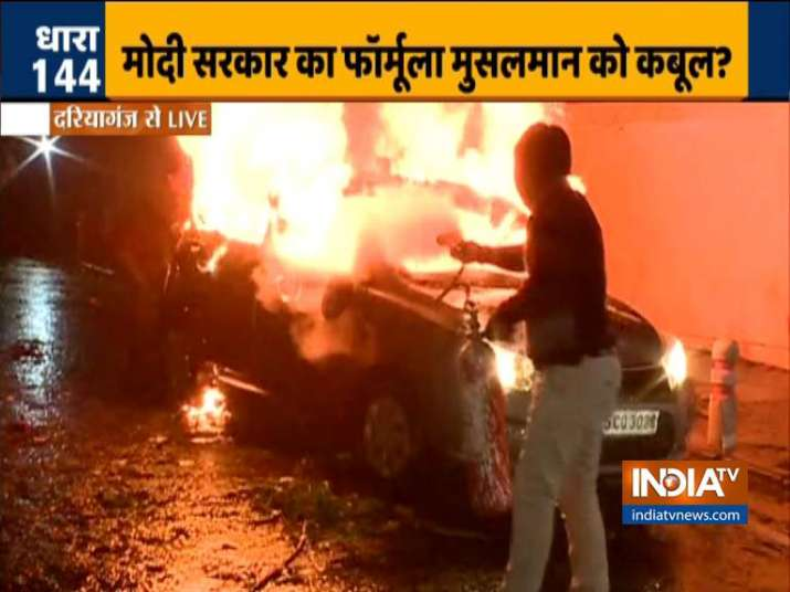 Protestors set vehicle on fire in Daryaganj, cops use water cannon