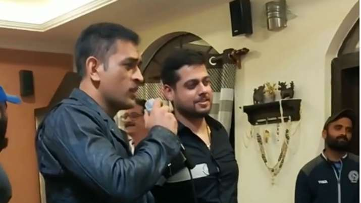 MS Dhoni seen humming tune of old Hindi song