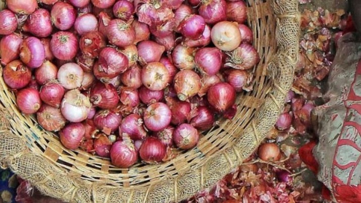 Maharashtra cloth shop offers 1kg onions free on purchase of Rs 1,000