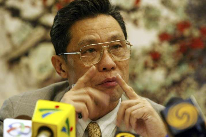 Zhong Nanshan, then the head of the Guangdong research institute for respiratory diseases, speaks a