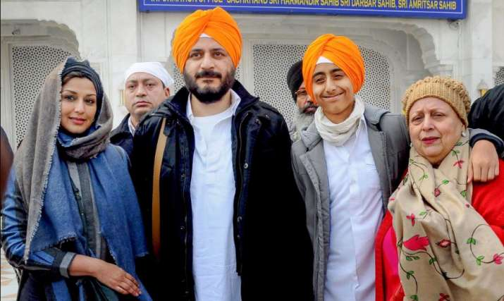 India Tv - Amritsar: Bollywood actress Sonali Bendre along with her family members poses for photographs after