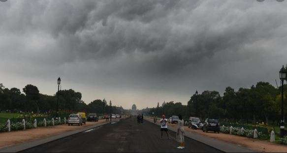 Light rains predicted in Delhi; 17 trains delayed due to fog