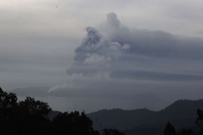 Taal Volcano, Tagaytay, Manila, Philippines, ash, N95 masks