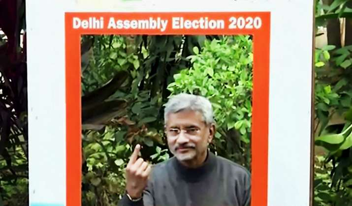 India Tv - External Affairs Minister S Jaishankar shows his finger marked with indelible ink after casting vote during the Delhi Assembly elections at Tuglak Cresent polling station